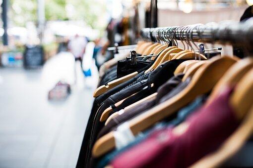 Un portant de vêtements dans un magasin.