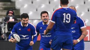 La joie de l'arrière du XV de France, Brice Dulin, après avoir marqué l'essai de la victoire face au pays de Galles (32-30), lors de leur match du Tournoi des Six nations, le 20 mars 2021 au Stade de France à Saint-Denis