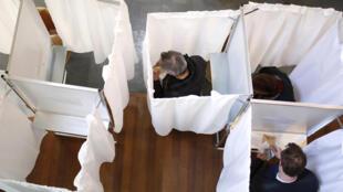 Políticos franceses de olhos postos na 2a volta e nas legislativas