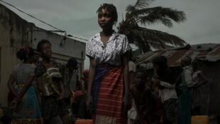 Raia wanajaribu kutafuta maji katika kijiji cha Praia Nova nchini Msumbiji.