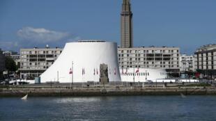 Le Volcan d'Oscar Niemeyer et l'église saint-Joseph, des symboles du Havre, la ville dont Edouard Philippe fut maire et où il reçoit ce samedi 24 juin le Premier ministre russe, Dimitri Medvedev.