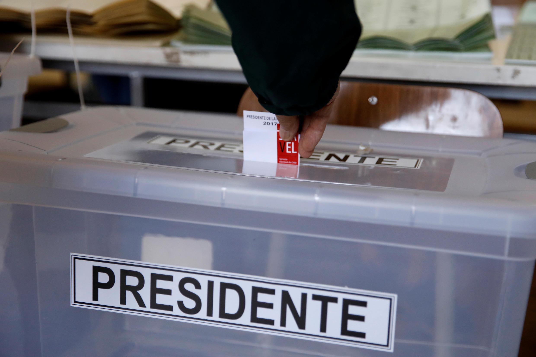 Un citoyen chilien sur le point de voter à Santiago du Chili.