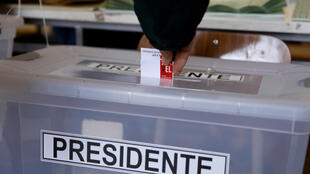 Un citoyen chilien sur le point de voter à Santiago du Chili.