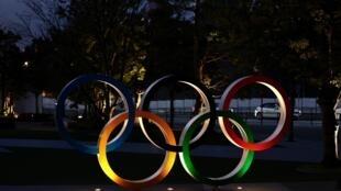 Los cinco anillos olímpicos situados junto al estadio Nacional, principal instalación para los JJOO de Tokio 2020, en una imagen tomada el 8 de enero de 2021 en la capital japonesa