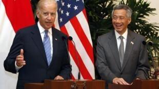 Phó tổng thống Mỹ Joe Biden (T) và Thủ tướng Singapore Lý Hiển Long trong cuộc họp báo ngày 26/07/2013.