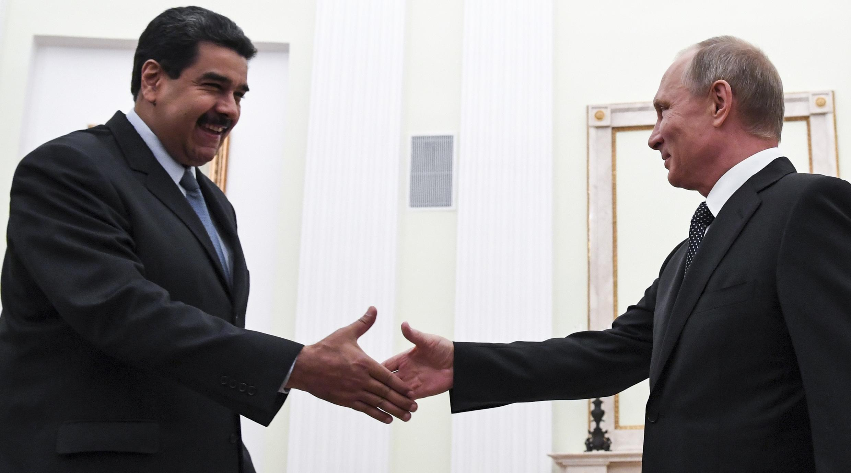 Vladimir Poutine accueille Nicolas Maduro à Moscou, le 4 octobre 2017.