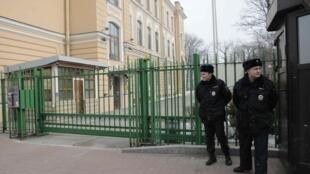 Trước cửa Tổng Lãnh Sự Quán Anh tại Saint-Petersbourg, Nga ngày 17/03/2018.