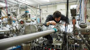 Transfert d'un échantillon sous ultravide vers une chambre de croissance par épitaxie par jets moléculaires.