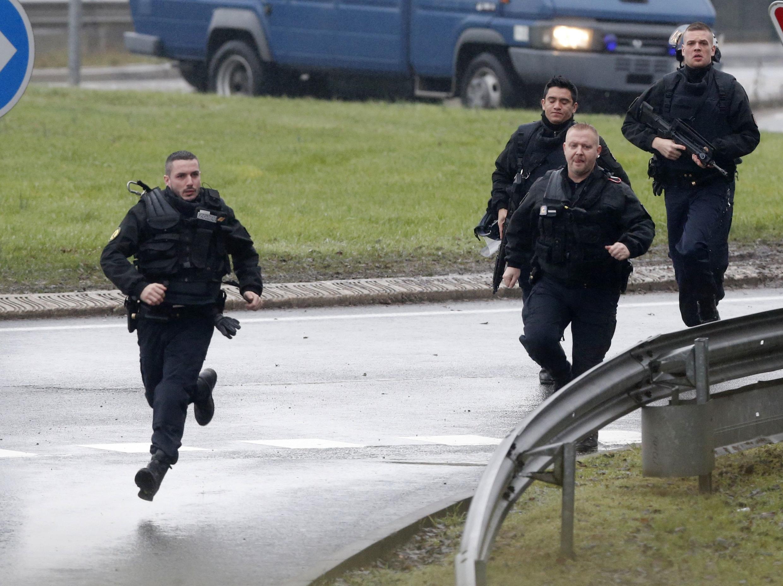 Les forces d'intervention de la gendarmerie française à l'assaut des frères Kouachi dans la zone industrielle de Dammartin-en-Goële, au nord-est de Paris, le 9 janvier 2015.