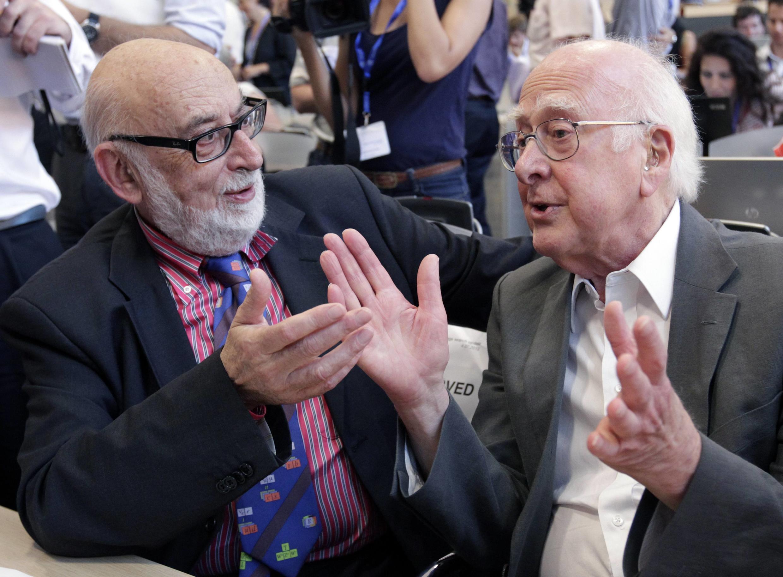 Nhà vật lý Anh Peter Higgs (phải) và nhà vật lý người Bỉ Francois Englert trong một hội nghị khoa học tại Genève hôm 4/7/2012.