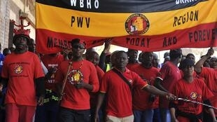 Les membres du Syndicat national des mineurs lors d'une grève dans le quartier des affaires de Johannesburg, le 27 août 2013.