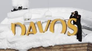 Membro da polícia especial suíça vigia a entrada de um hotel em Davos, cidade que recebe o Fórum Econômico Mundial.