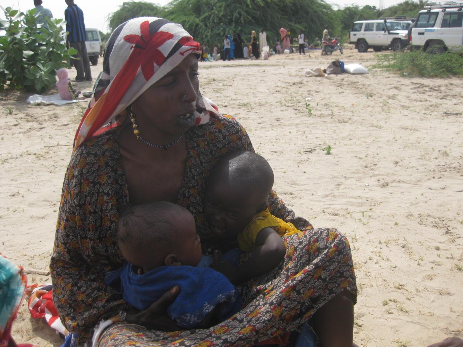 Une Tchadienne et ses deux enfants, souffrant de malnutrition.