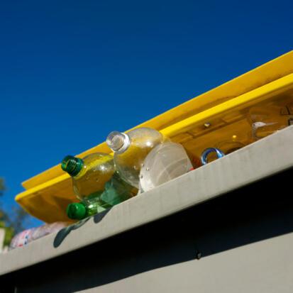 Poubelle servant au tri du plastique.
