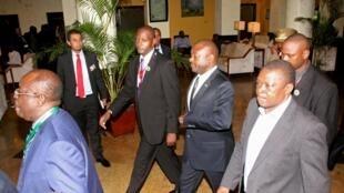 布隆迪总统恩库伦齐扎在达累斯萨拉姆机场。2015-05-13