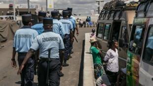 Des gendarmes patrouillent les passants dans la station de bus de Maki, à Antananarivo, le 7 avril 2020. (image d'illustration)