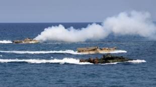 Tàu đổ bộ tấn công của Mỹ (AAV) ở Biển Đông, gần San Antonio, Zambales, trong cuộc tập trận thường niên Balikatan, với quân đội Philippines. Ảnh chụp ngày 21/04/2015