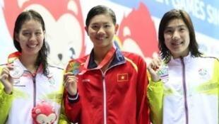 Vận động viên bơi lội Nguyễn Thị Ánh Viên giành hai huy chương vàng và phá hai kỷ lục SEA Games - DR