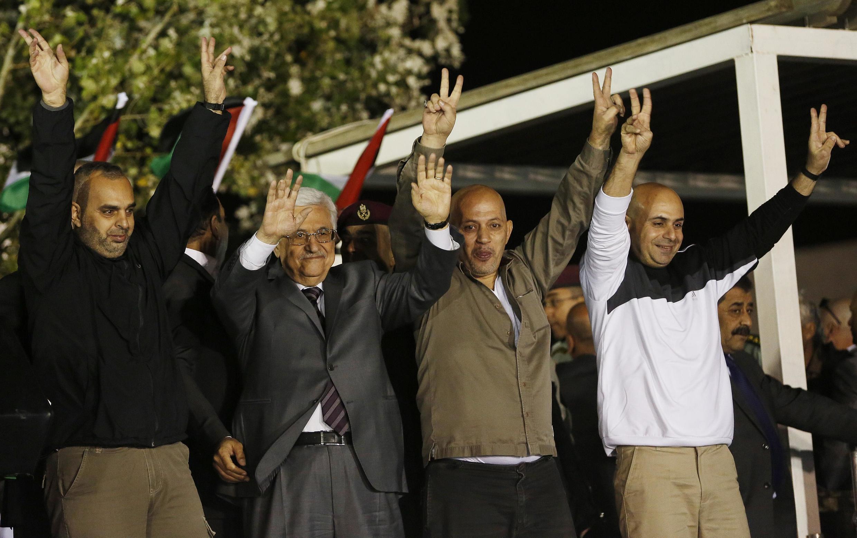 O presidente palestino Mahmoud Abbas (2° à esq.) recebe os prisioneiros libertados na madrugada desta quarta-feira, 30 de outubro de 2013.