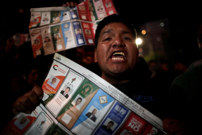 Des supporters de Carlos Mesa manifestent dans les rues de La Paz le 21 octobre 2019.
