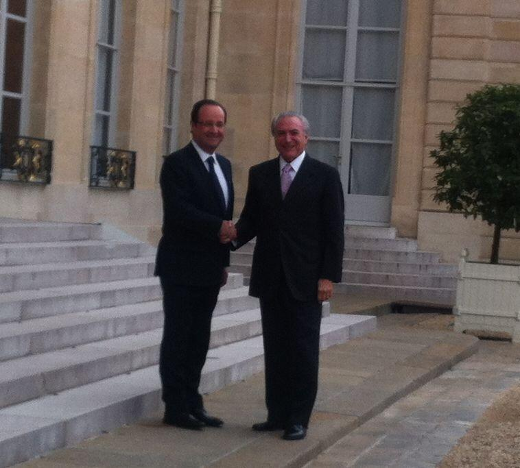 O presidente francês, François Hollande, recebe o vice-presidente brasileiro, Michel Temer (10/06/2013).