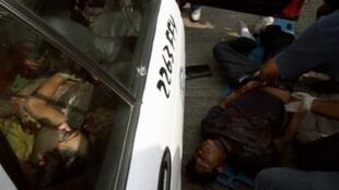 Deux des corps retrouvés dans un taxi près d'une station balnéaire d'Acapulco, le 8 janvier 2011.
