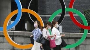 PHOTO Anneaux olympiques - Personnes masquées