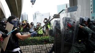 Người biểu tình phản đối vụ tấn công của xã hội đen ở Nguyên Lãng (Yuen Long) đối đầu với cảnh sát. Ảnh chụp ngày 27/07/2019.