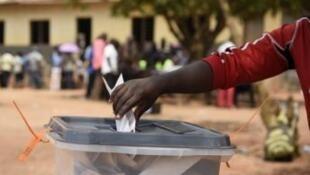 Eleitor moçambicano nas intercalares de 24 de janeiro, em Nampula, à espera da segunda volta