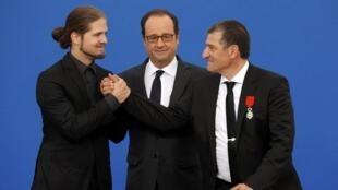 Michel Catalano (à droite) et Lilian Lepère, les rescapés, décorés par François Hollande le 29 septembre 2016.