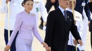 Thái tử Maha Vajiralongkorn và công nương Srirasmi năm 2006 - REUTERS /Adrees Latif