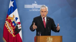 El presidente de Chile, Sebastián Piñera, brinda un mensaje a la nación desde el palacio presidencial de La Moneda en Santiago, el 18 de marzo de 2020
