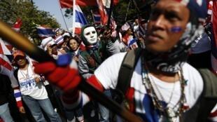 Protestos no final de semana contra governo na Tailândia foram reprimidos com granadas.