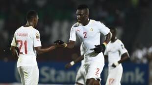 Wachezaji wa timu ya taifa ya Senegal, Lamine Gassama na Kara Mbodji.