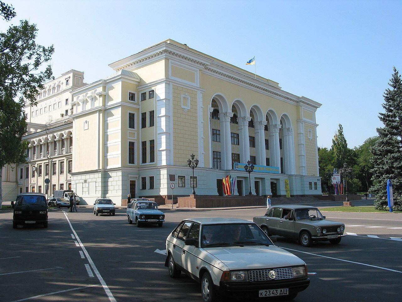 Façade de l'opéra de Donetsk, août 2002.