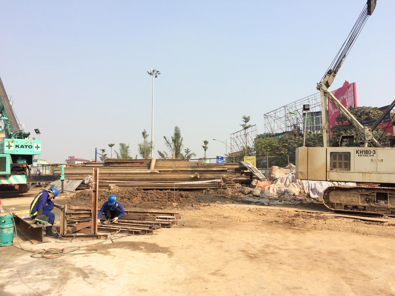 Một góc công trường tuyến tầu điện số 3 Nhổn-ga Hà Nội trước cổng trường đại học Giao Thông Vận Tải.
