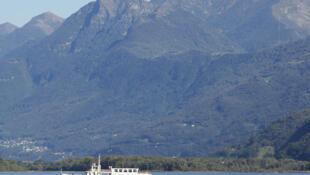 Le bateau-taxi de Federico fait des allers-retours sur le lac Majeur entre les montagnes suisses.