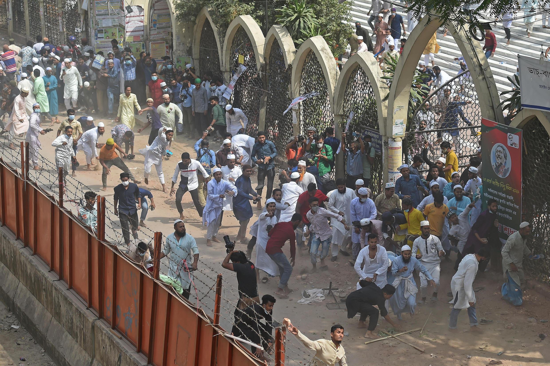 À Dacca, la capitale, comme à Hathazari, petite ville rurale du sud du pays, des militants de groupes islamistes se sont heurtés à la police lors de manifestations contre la visite du Premier ministre indien.
