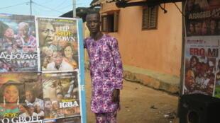 Aziz Yennou vend des VCD de films yoruba qu'il va chercher à Lagos au Nigéria toutes les 2 semaines. Il affiche les nouveautés sur ce panneau