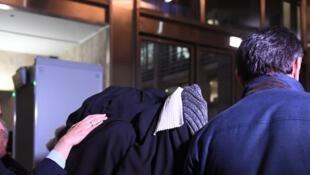 Спрятавшийся под пальто миллиардер Сулейман Керимов на выходе из суда Экс-ан-Прованса. Декабрь 2017