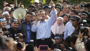 Anwar Ibrahim au milieu de la foule venue le soutenir devant le tribunal de Kuala Lumpur le 9 janvier 2012.