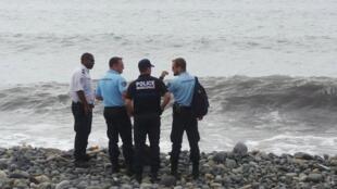 Cảnh sát Pháp rà soát bãi biển trên đảo Réunion nơi tìm thấy các mảnh kim loại - REUTERS /Zinfos974 /Prisca Bigot