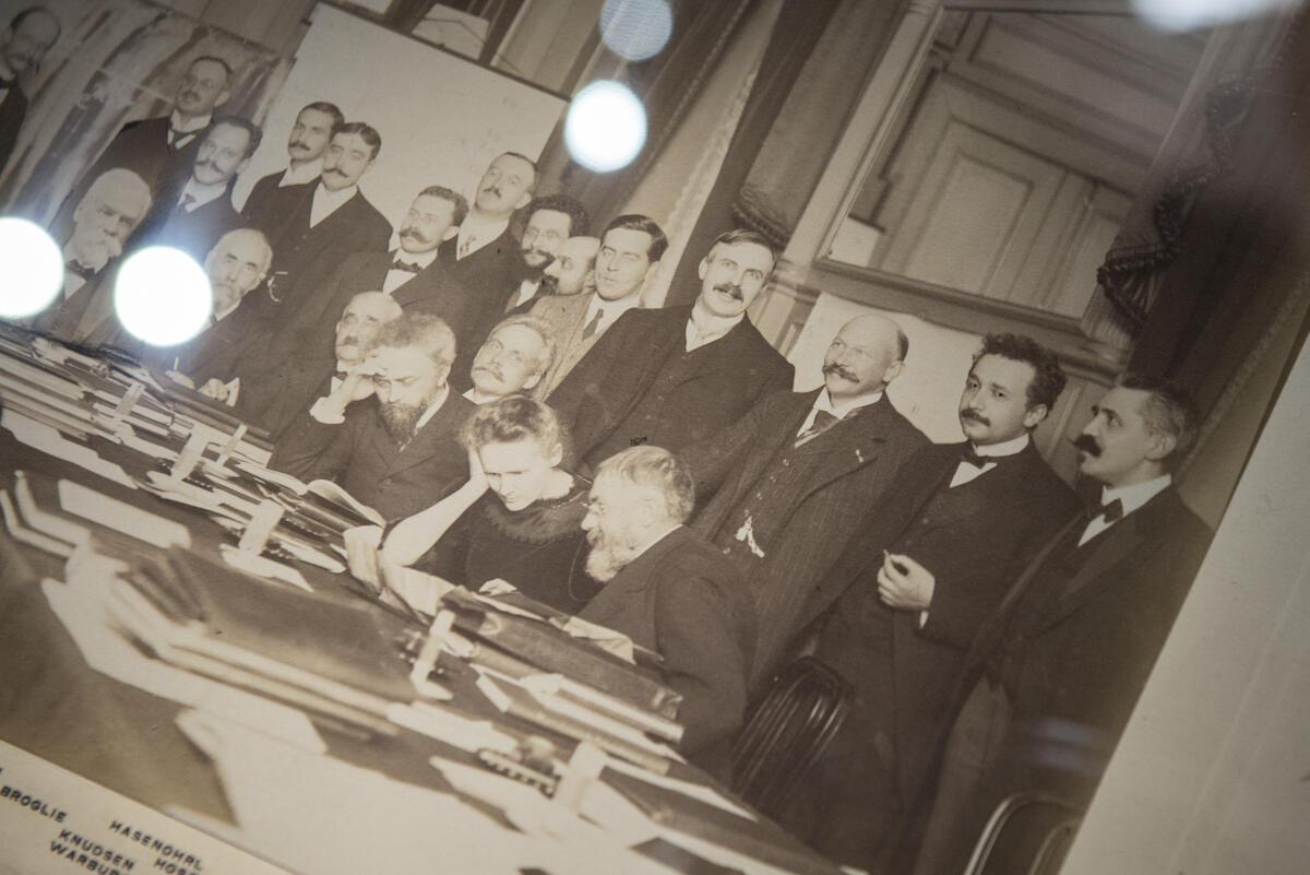 Foto del Congreso de física de Solvay donde Marie Curie es la única mujer. Detrás se ve a un joven Albert Einstein.