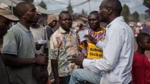 Un membre de la Lucha distribue des tracts à Goma, en RDC. (Photo d'illustration)
