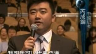 """2010年11月13日 在韩国举行的20国集团峰会落幕记者会上抢韩国媒体的提问机会,并自称""""代表亚洲""""惹来非议。"""