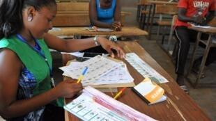 Un bureau de vote à Ouagadougou lors du scrutin pour les élections municipales, dimanche 22 mai 2015.
