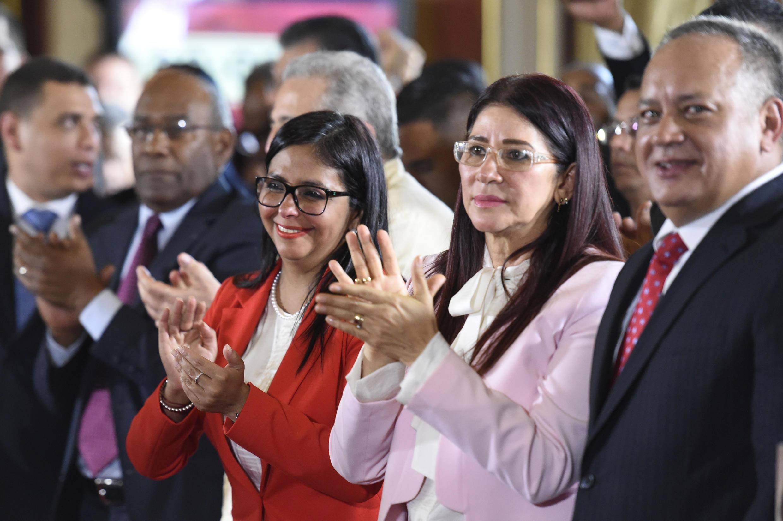 Delcy Rodriguez (c) élue présidente de l'Assemblée nationale constituante, aux côtés de la Première dame Cilia Flores (d) et de Diosdado Cabello, l'ex-ministre des Affaires étrangères, lors de la séance inaugurale, à Caracas, le 4 août 2017.