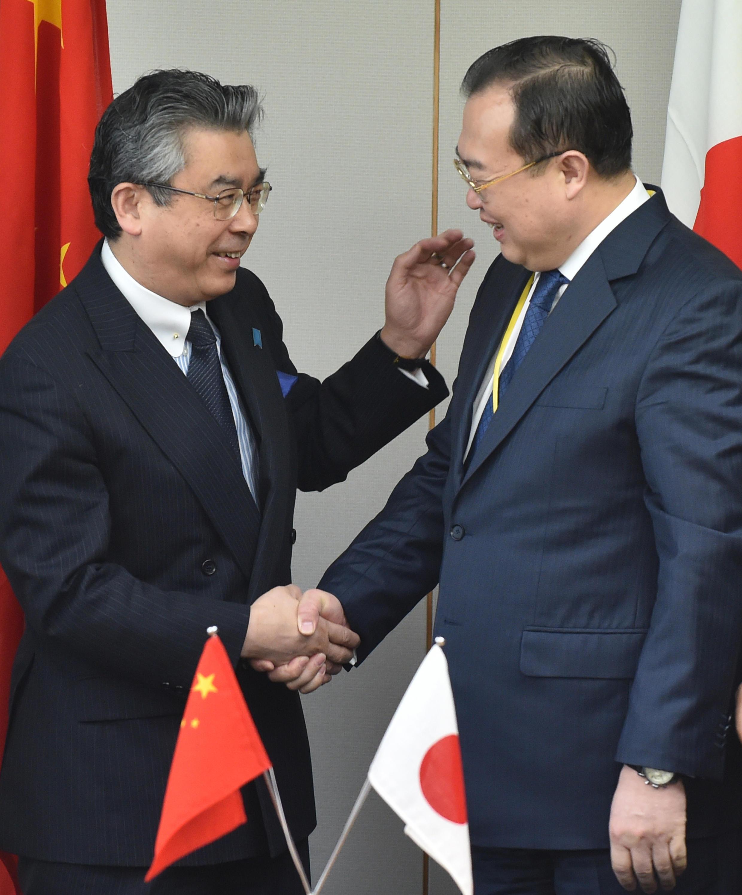 Thứ trưởng ngoại giao Nhật Shinsuke Sugiyama (T) và trợ lý ngoại trưởng Trung Quốc Lưu Kiến Siêu trong cuộc đối thoại an ninh Trung- Nhật tại Tokyo 19/03/2015.