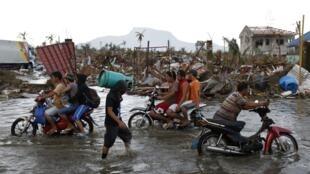 Ruas inundadas de Tacloban, região mais atingida pelo supertufão Haiyan, nas Filipinas.