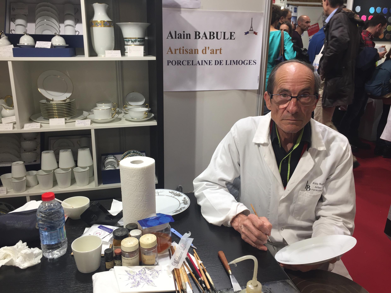 Nghệ nhân Alain Babule hướng dẫn khách tham quan trang trí gốm sứ Limoges.